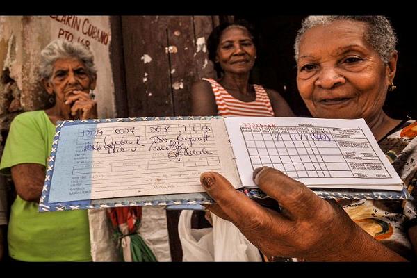 libreta-racionamiento-cuba_AFP